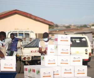 بنك طعام غانا يقوموا بتوزيع فاكهة و خضروات من التبرعات العينية بالاضافة الى الكراتين